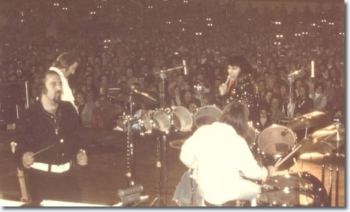 Elvis Presley & Joe Guercio on stage. You'll recognise James Burton and Ronnie Tutt - but the 'main man' in the picture is Maestro Joe Guercio. The picture was taken in Tuscaloosa, AL show on November 14, 1971.