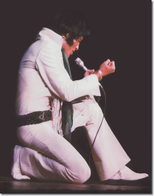 Elvis Presley : Phoenix, AZ : Sepember 9, 1970. [white Fringe Suit, Colored Beads & Geen macramrame Belt.