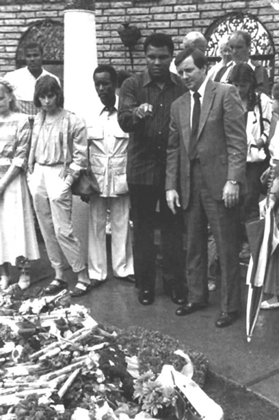 Muhammad Ali paying his respect to Elvis (Jack Soden is to his left).