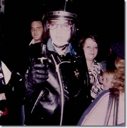 [Larry Blong behind Elvis] Elvis Presley at Vickers Gas Station, Memphis, October 4, 1976