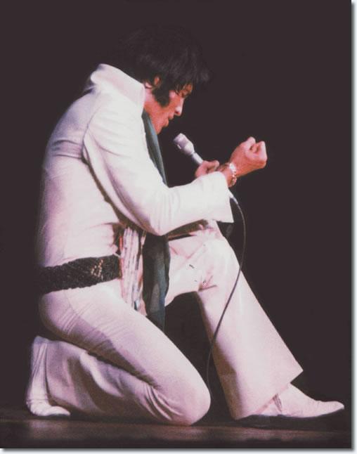 Elvis Presley : Phoenix, AZ : Sepember 9, 1970. [white Fringe Suit, Colored Beads & Geen macramrame Belt.